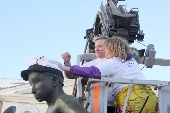 Vuoden 2015 Velj'mies Olli-Pekka Sartanen ja Siskotyttö Kaisa Kyrö lakittavat Velj'mies-patsaan.
