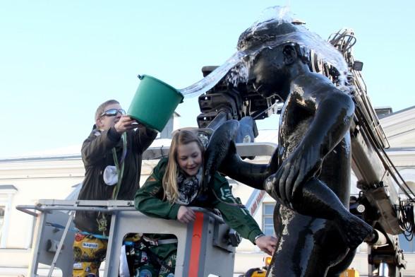 Joonas Laitinen ja Mari Puurula patsaan pesussa.