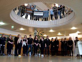 Opiskelijat odottivat yliopiston johtoa paikalle vastaamaan kysymyksiin.