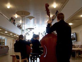 Opiskelijoiden orkesteri soitti tunnelmaan sopivaa musiikkia.