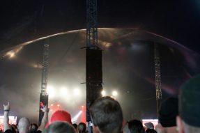 Valot leikkivät teltan katossa.