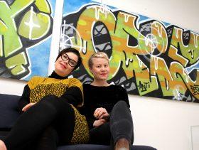 ANTI-festivaalin Johanna Tuukkanen (vas.) ja Elisa Itkonen kertovat, että festivaalin tulevaisuus on vakaa. Pitkän strategiatyön tuloksena on syntynyt ANTI 2.0, jonka tuotoksiin päästään tutustumaan jo ensi viikonloppuna ANTI Prize Weekendin merkeissä.
