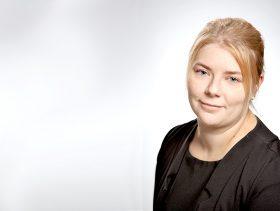 Mervi Issakainen valmistui yhteiskuntatieteiden maisteriksi Kuopion yliopistosta vuonna 2006 ja on työskennellyt muun muassa tutkijana Itä-Suomen yliopistossa.