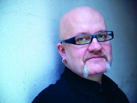 Raimo Pesonen on opiskellut kirjallisuustiedettä ja sosiaalialaa, ja työskennellyt esimerkiksi katkaisuhoitoasemalla ja lastensuojelussa. Kuva: Laura Malmivaara