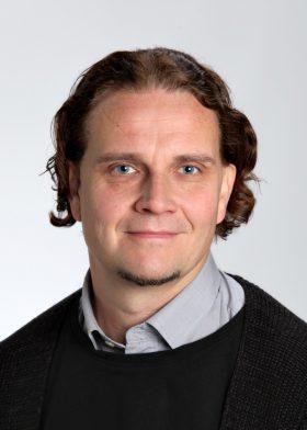 Marko Junkkarinen on valmistunut ylioppilaaksi Leppävirran lukiosta vuonna 1992. Hän on suorittanut filosofian maisterin tutkinnon vuonna 1998 ja filosofian lisensiaatin tutkinnon vuonna 2002 Joensuun yliopistossa. Junkkarinen on työskennellyt Joensuun yliopistossa ja myöhemmin Itä-Suomen yliopistossa assistenttina, yliassistenttina ja amanuenssina vuosina 2003–2011. Tällä hetkellä Junkkarinen on Itä-Suomen yliopiston rekrytointipäällikkö.